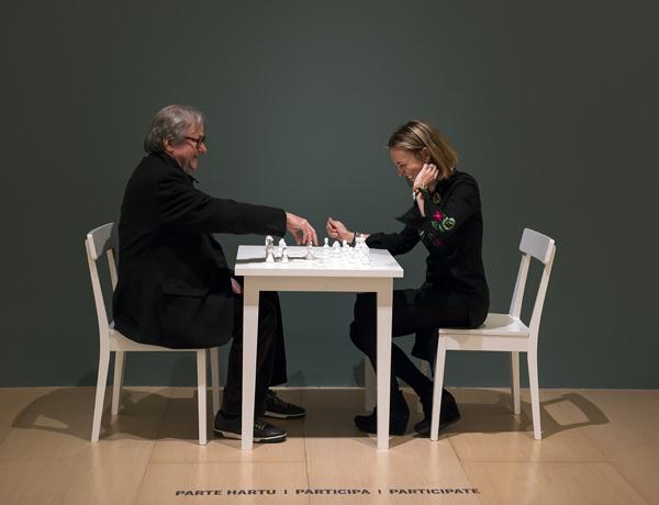 itxasoelorduy-de-bilbaoclick-jugando-al-ajedrez-con-el-comisario-de-Yoko-Ono-John-Hendricks-1