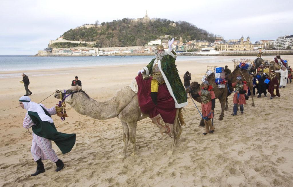 reyes magos llegan en caballo san sebastian